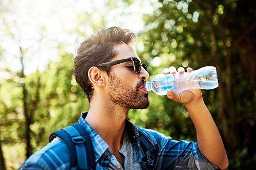 uống đủ nước tránh tiểu nhiều